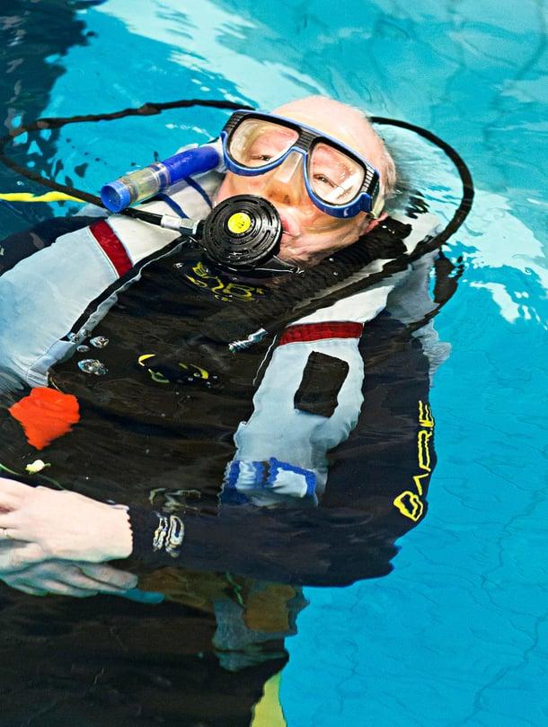 Uimahallissa on hyvä kokeilla laitteiden toimivuutta. Kun luonnonvesissä sukelletaan jopa 30 metrin syvyyksissä, varusteiden on oltava kunnossa.