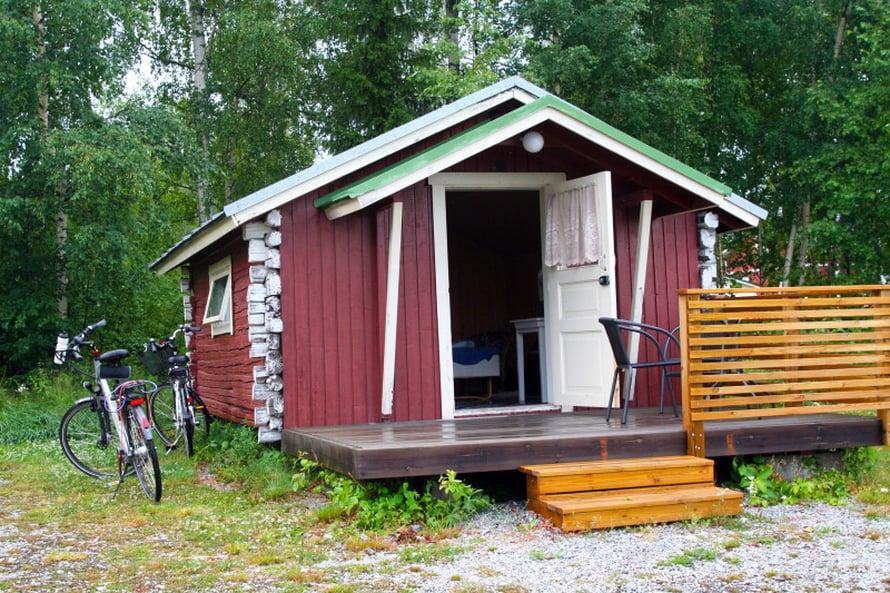 Larsmon Strandiksen leirintäalueen mökki oli vaatimaton mutta riittävä. Suihkuun ja vessaan pääsi huoltorakennukseen. Alue on upealla paikalla Larsmo-järven rannalla.