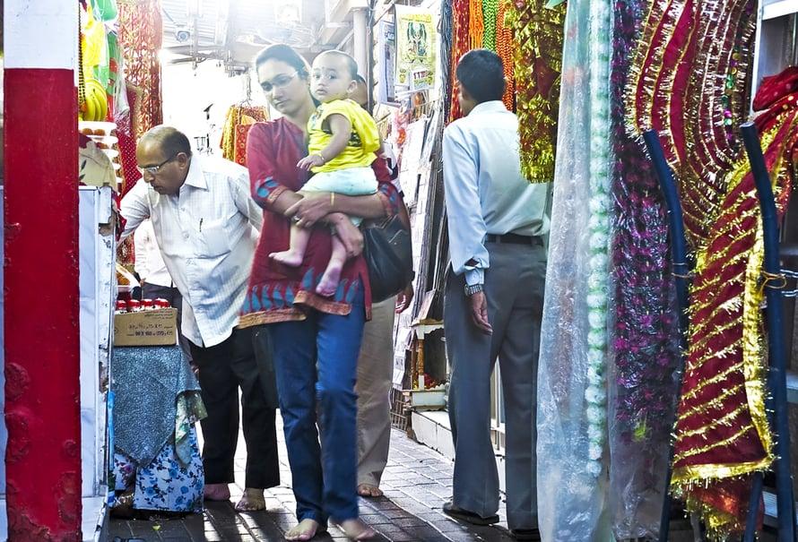 Hindutemppeleihin viedään uhrilahjoja: ruokia, kukkia ja suitsukkeita.