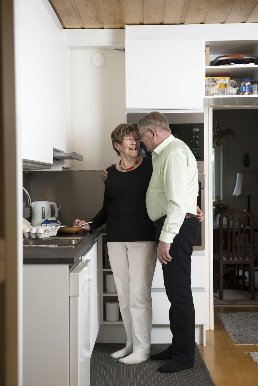 Kolmivuorotyötä tehneet Ulla ja Hannu ovat aina jakaneet keittiöaskareet.