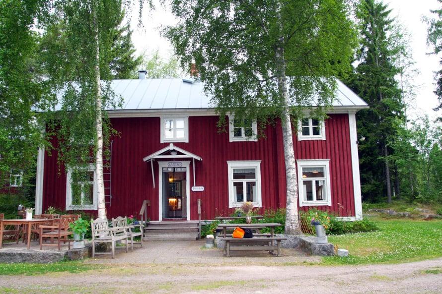 Vanhat 1800-luvulla rakennetut hirsitalot on siirretty tänne Vöyristä ja Maksamaan kirkolta. Toisessa on majoitustilat, toisessa ravintola ja isäntäväen koti.
