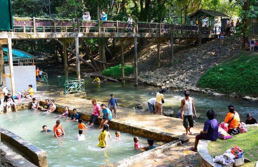 Jokeen on rakennettu suojaisa uimapaikka.