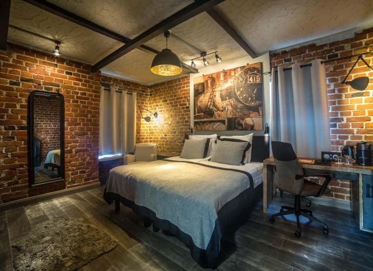 Seinäjokelaisen hotelli-ravintola Alman erikoisimmat huoneet sijaitsevat 1920-luvulla rakennetussa VR:n höyryvetureiden vesitornissa. Huoneissa on saunat, ja ylimmän kerroksen sviitistä löytyy poreamme. Hinta: 2 hh alk. 168 e/vrk. hotelalma.fi