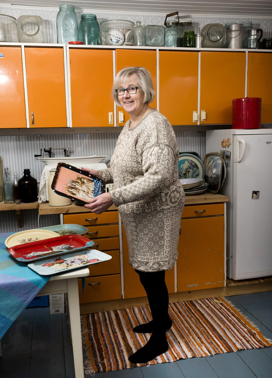 Raili pelasti jämäkät 40-luvun keittiökaapit roskalavalta. Vanhat tarjottimet ovat esillä tason päällä.