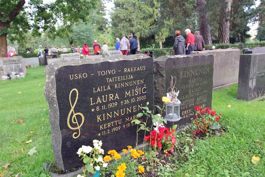 Laila Kinnusen haudalla kuultiin vuoden 1961 euroviisukappale Valoa ikkunassa.