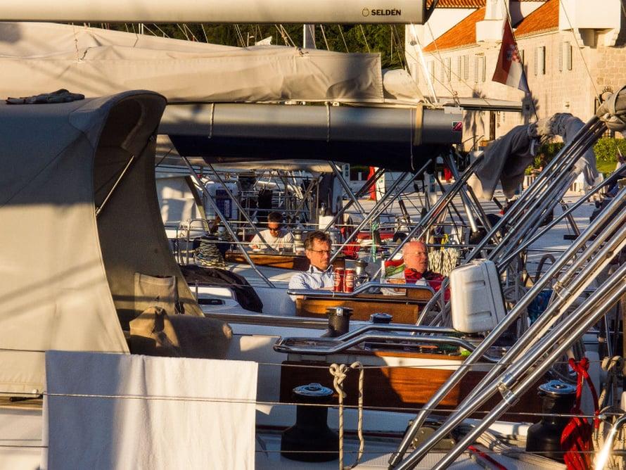 Moni seilori on niin kiintynyt veneeseensä, ettei malta jättää sitä satamassakaan.