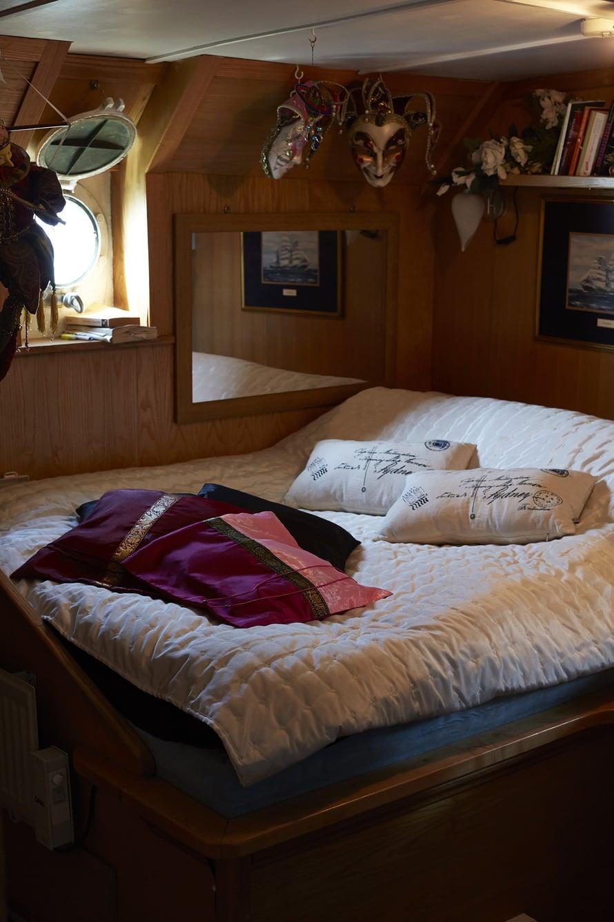 Suurinta makuuhuonetta somistavat venetsialaiset naamiot.