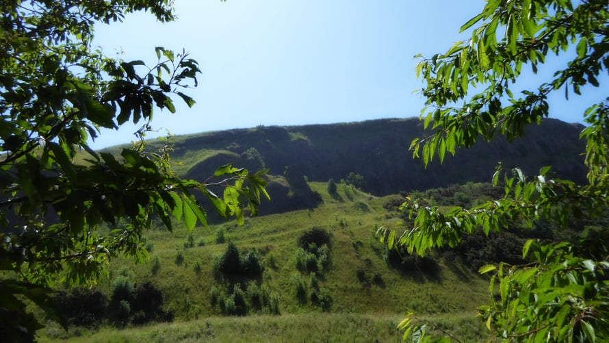 Holyrood Parkissa on suuri kalliomuodostuma Salisbury Crags.