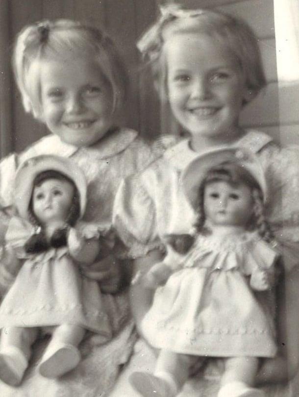 Sirpa Vihanta ja Seija-sisko vuonna 1954 enon tuomat nuket syleissään. – Minä olen kuvassa neljä ja siskoni Seija viisi. Meillä on vain vuosi ja 5 kuukautta ikäeroa ja meitä luultiin usein kaksosiksi.
