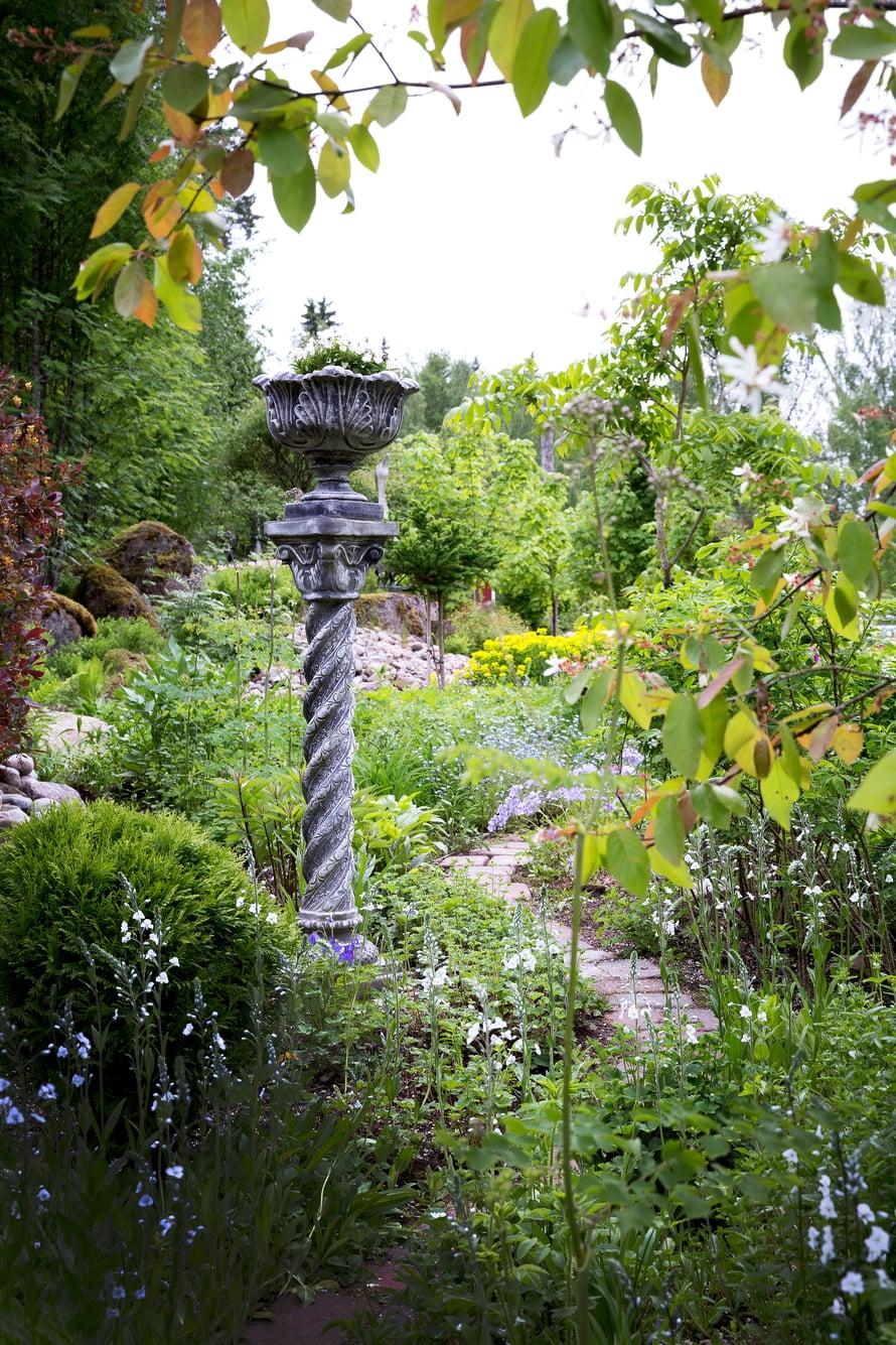 Englantilaiseen cottage garden -tyyliin toteutetulla alueella kukat kukkivat keväästä myöhäissyksyyn.