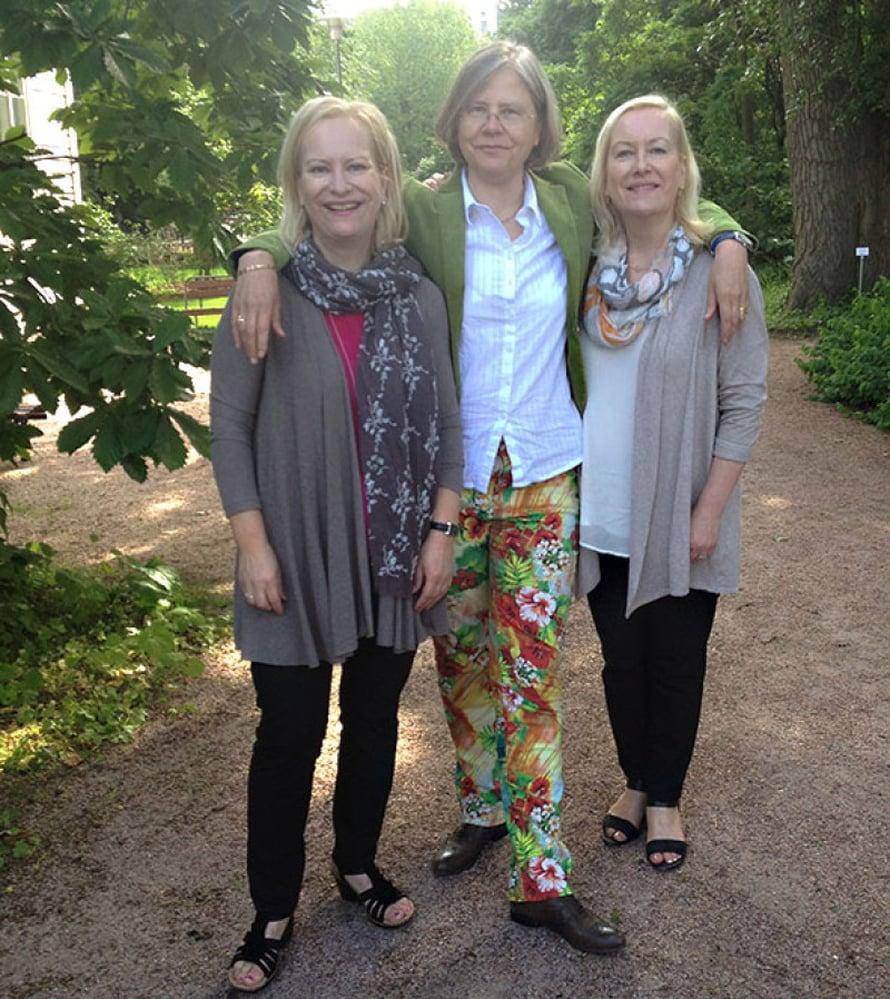 Käsikirjoittajat Sinikka ja Tiina Nopola välissään ohjaaja Taru Mäkelä elokuvan lehdistötilaisuudessa.