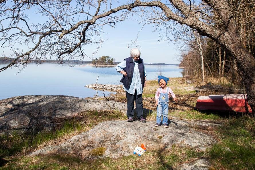 Mona Hemmer on iloinnut nähdessään lasten turvallisuudentunteen palaavan. Nauvon turvapaikanhakijat ovat pääasiassa lapsiperheitä.