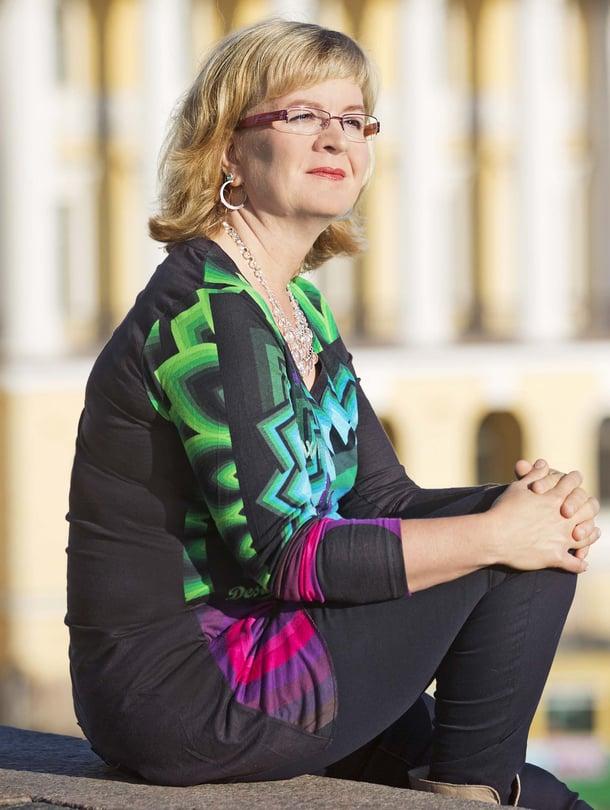 Vuokko Ilola on syntynyt Kajaanissa vuonna 1964. Hän on koulunkäytiavustaja ja Kotimaa 24 -verkkosivuston blogisti. Vuokko on kirjoittanut kirjan vanhoillislestadiolaisten äitien kokemuksista.
