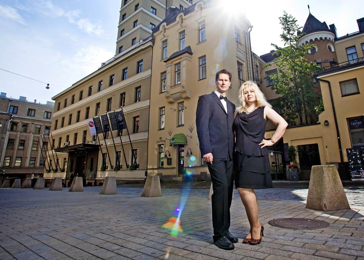 Bond-matkailijat Pirita ja Mika kuvattiin Helsingissä liki hotelli Tornia. Bond-näyttelijä Roger Moore on yöpynyt Tornin sviitissä 431.