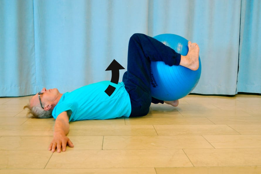 KIERTOA RANKAAN. Asetu lattialle selinmakuulle ja nosta molemmat jalat jumppapallon pieneen v- asentoon. Purista jalat napakaseti pallon ympärille. Levitä kädet suoraksi olan tasolle, kämmenet lattiassa. Kierrä nyt kehoasi lantiosta alaspäin puolelta toiselle siten, että kantapääsi osuvat melkein lattiaan kroppasi oikealla ja vasemmalla puolella. Katso, että yläkroppasi pysyy kiertoliikkeen aikana mahdollisimman hyvin paikoillaan, hartiat lattiassa ja pää suorassa kohti kattoa. Toista kiertoliike useampaan kertaan, pidä pieni tauko ja kierrä taas. Tämä liike tuo liikkuvuutta ja ryhtiä rankaasi sekä voimistaa selkärangan lihaksia ja niveliä.