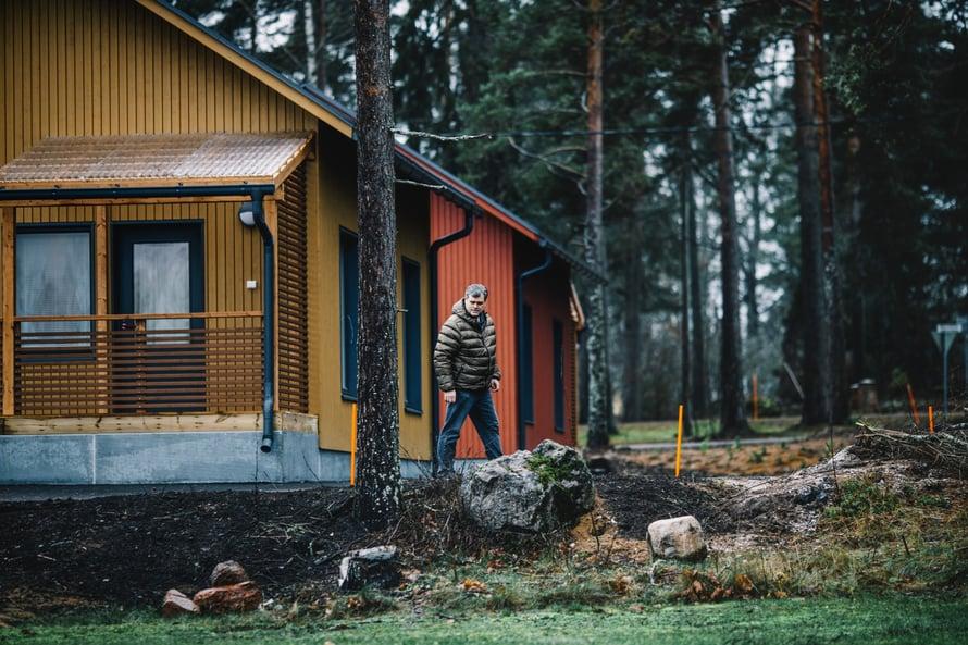 Isännöitsijä Janne Salonen tuntee Lapinjärvitalot sokkelista kattohuopaan.