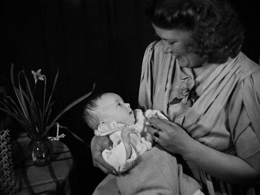 """Äiti ja vauva, 1940-luku. Kuva: <span class=""""photographer"""">Väinö Kannisto / Helsingin kaupunginmuseo</span>"""