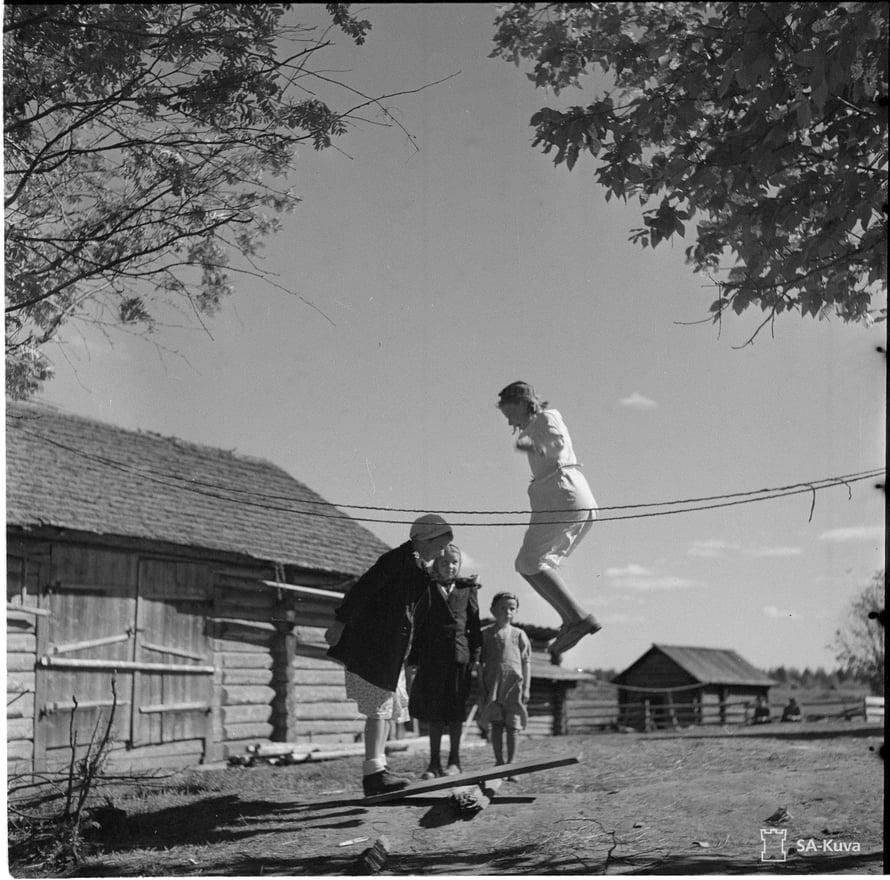 Lapset hyppylaudalla. Nurmoila 1942