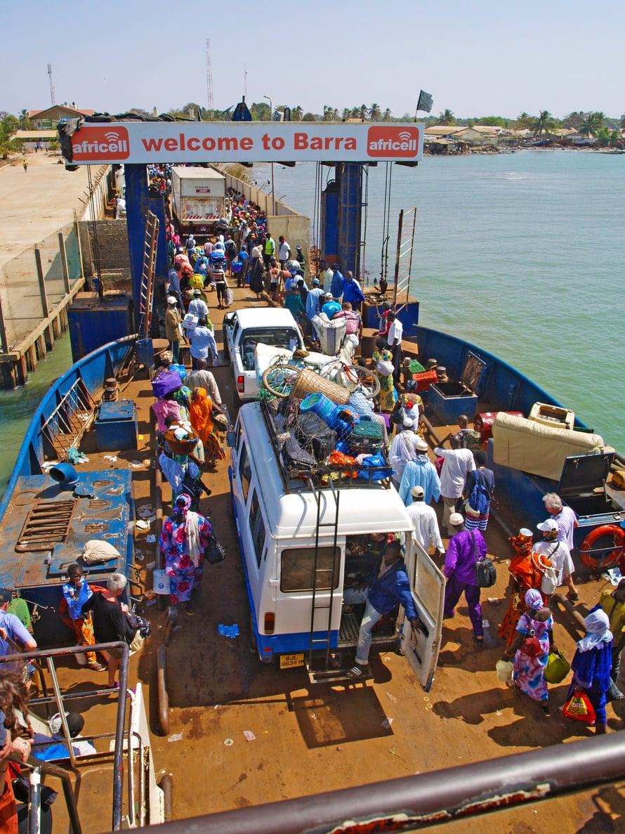 Banjulin ja Barran välinen autolautta on värikäs afrikkalainen liikennesirkus, mutta perillekin päästään.