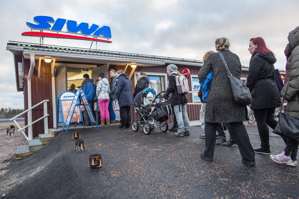 Tässä kuvassa Espoon Suurpellon asukkaan jonottavat uuteen ruokakauppaan.