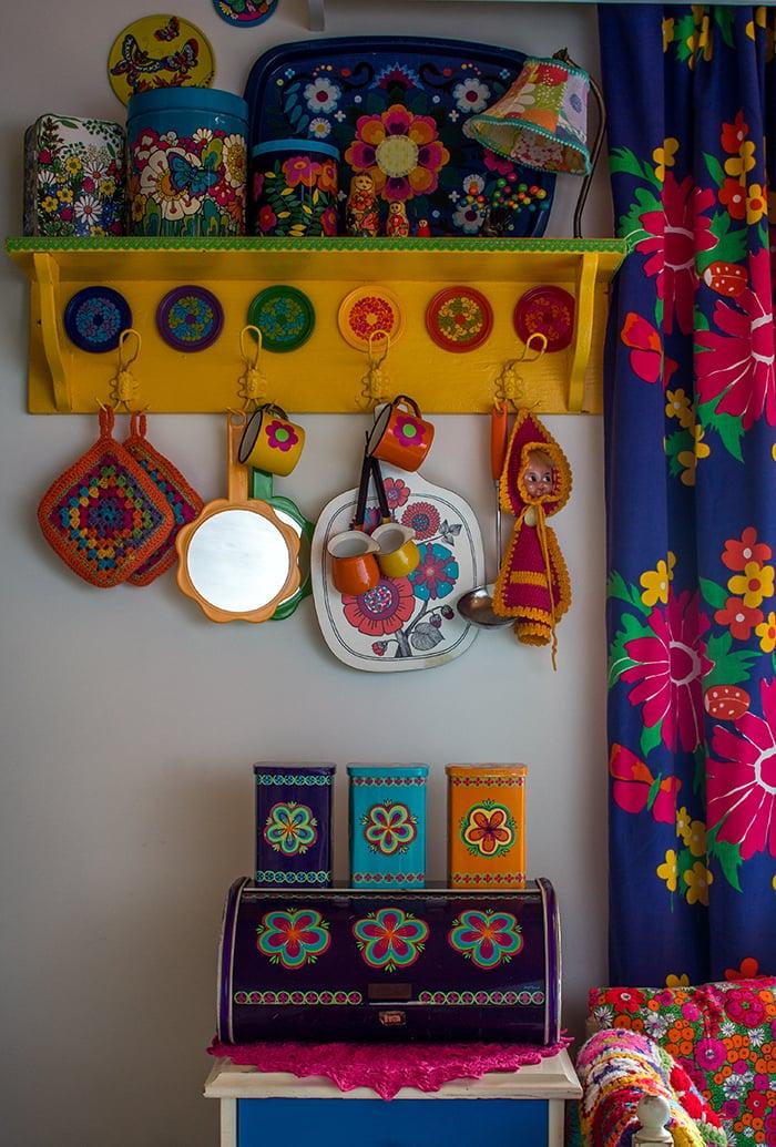 Pienten, värikkäiden esineiden paikkaa voi vaihdella päivittäin.