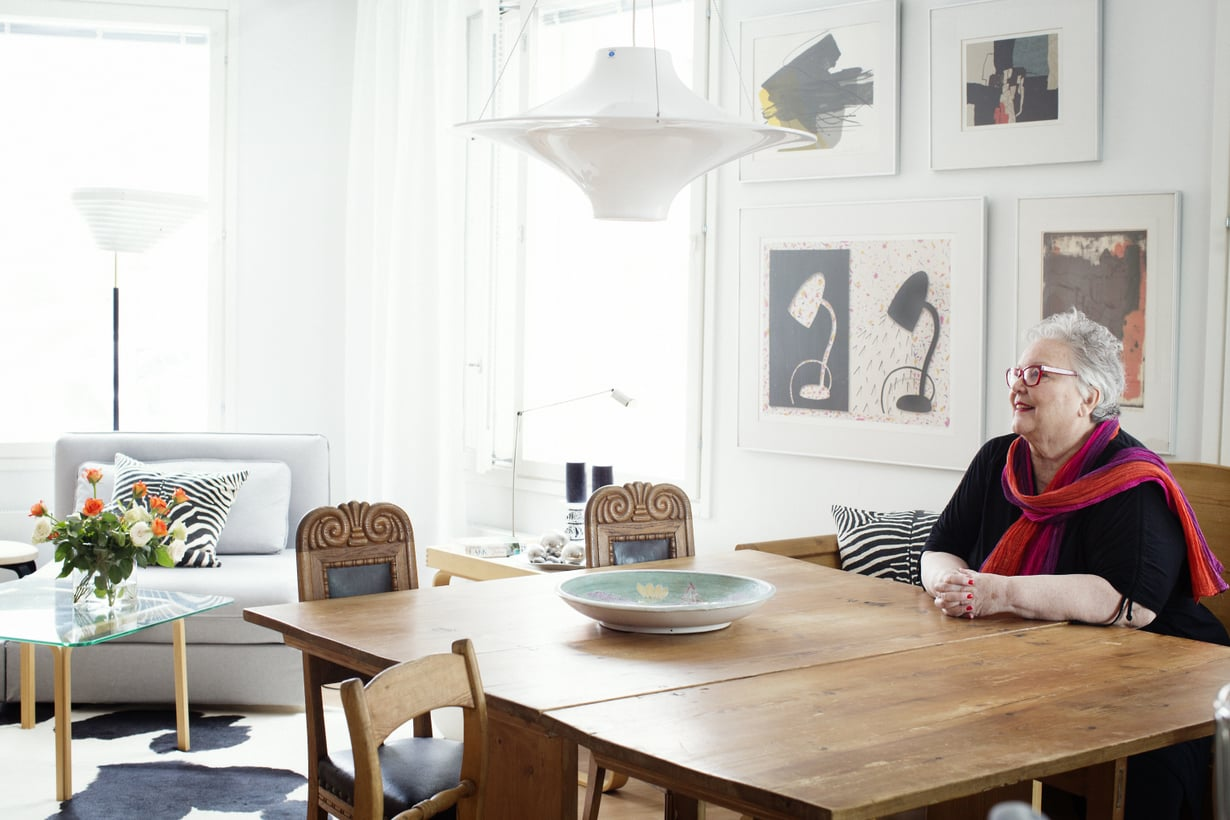 Iso klaffipöytä edustaa talonpoikaistyyliä, Lokki-valaisin on uusi hankinta.