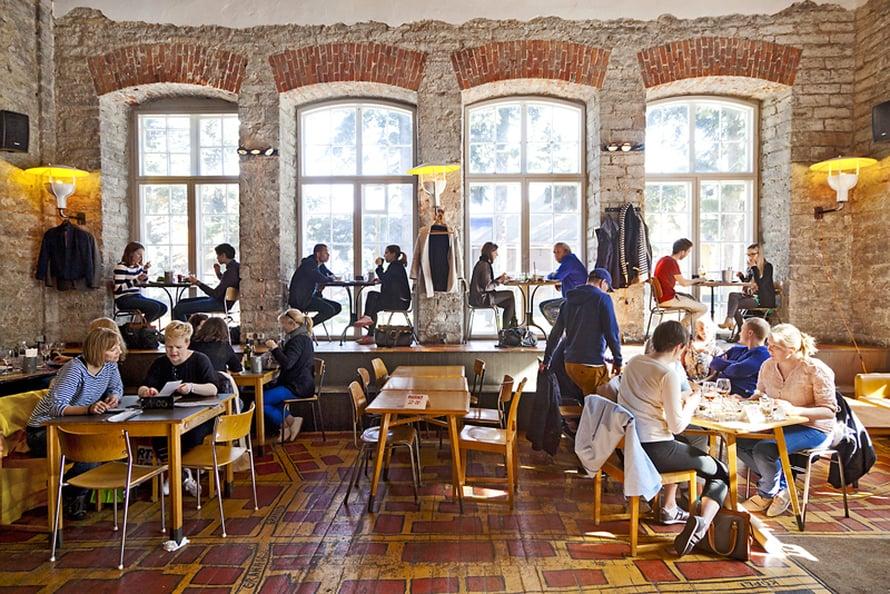 Telliskiven F-Hoone  on tällä hetkellä yksi Tallinnan suosituimmista ravintoloista. Siellä voi istua ikkunalaudalla ja lapset saavat lainata puukenkiä.