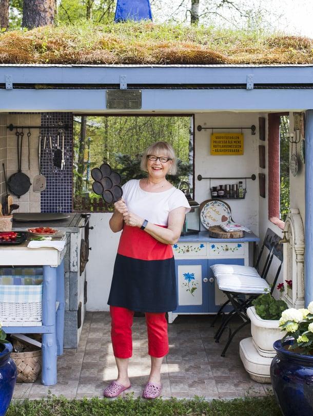 """Lea Peltolan keittiössä paistetaan usein lettuja. """"Tämän pannun löysin purkutalosta teini-ikäisenä"""", Lea kertoo."""