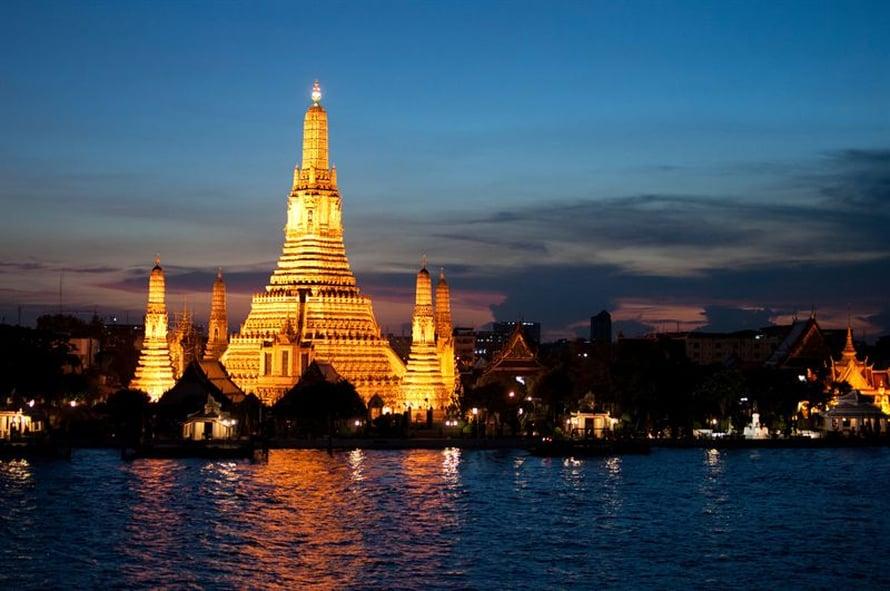 Wat Arunin buddhalaistemppeli on upeimmillaan iltahämärässä.