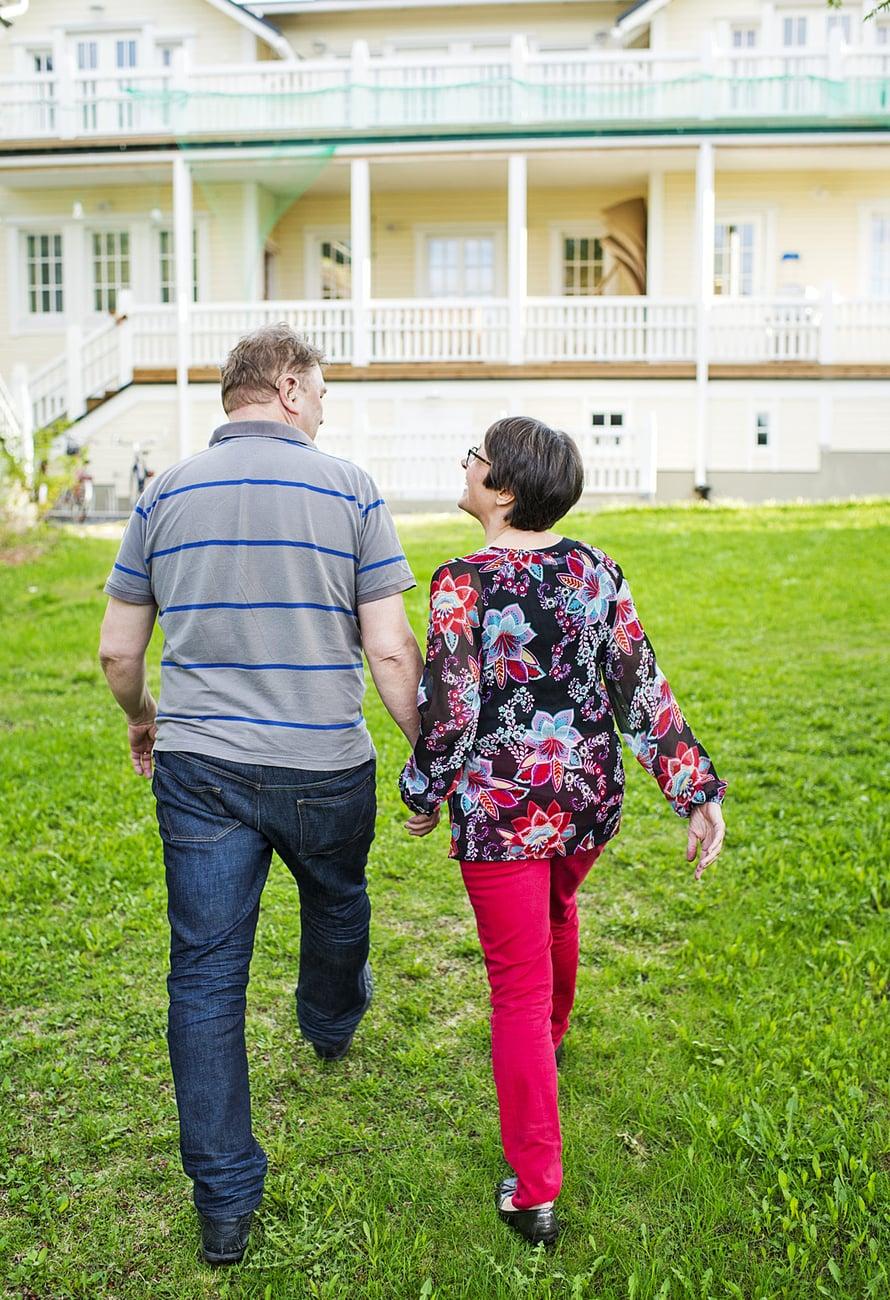 """Pekka ja Marjatta ovat luvanneet, että talo pysyy kulttuurikäytössä 50 vuotta. """"Jään siis eläkkeelle 104-vuotiaana"""", Pekka sanoo."""