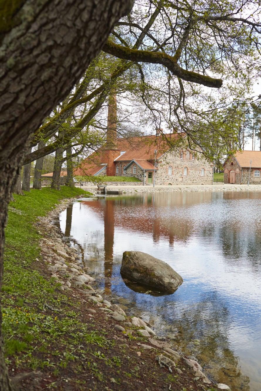 Kartanon jugendtyylistä päärakennusta ympäröi korkealla kivimuurilla rajattu englantilaistyylinen romanttinen puisto lammikoineen ja puistokujineen.