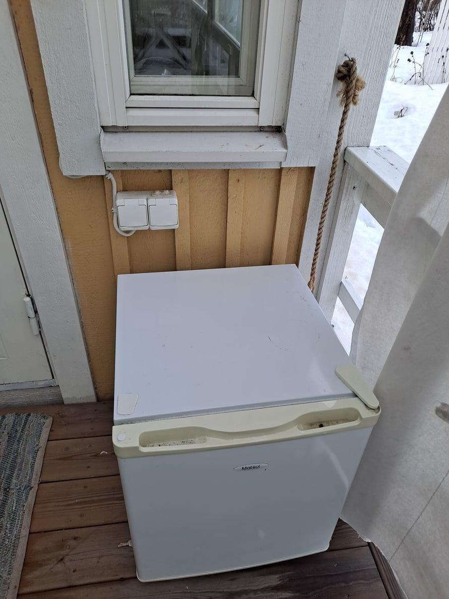 Pistorasiat ulkona, hienoa! Pikku jääkaappi odottamassa kuljetusta kierrätykseen.