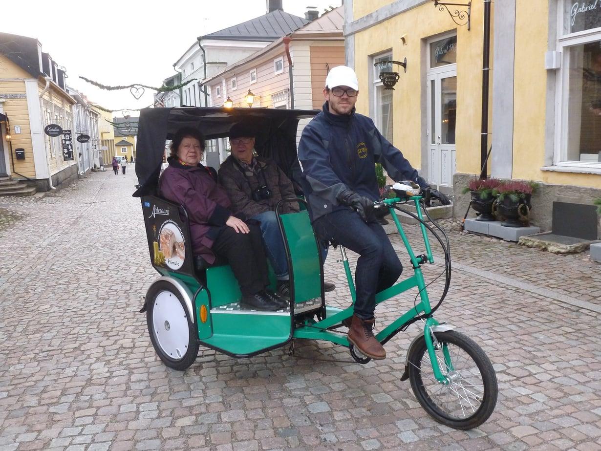Polkupyörätaksiin mahtuu kerrallaan kaksi asiakasta, joiden yhteispaino on korkeintaan 280 kiloa.