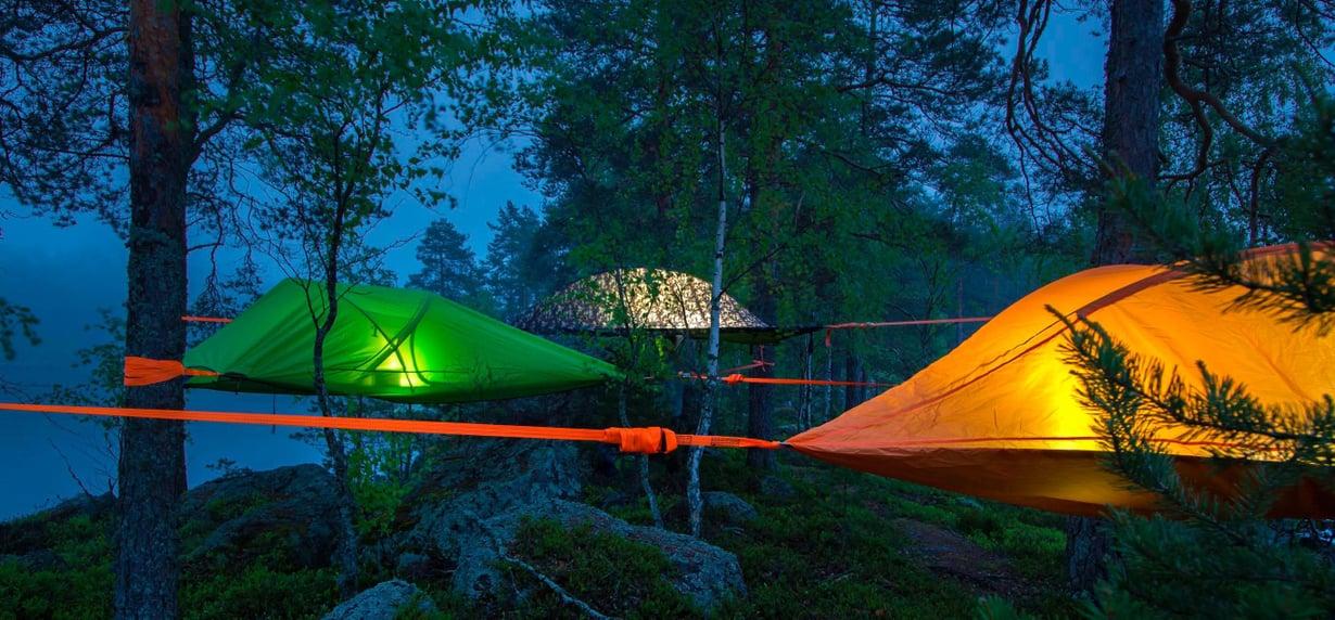 Teltan vuokraan kuuluvat makuupussit ja huovat sekä puhallettava valaisin.