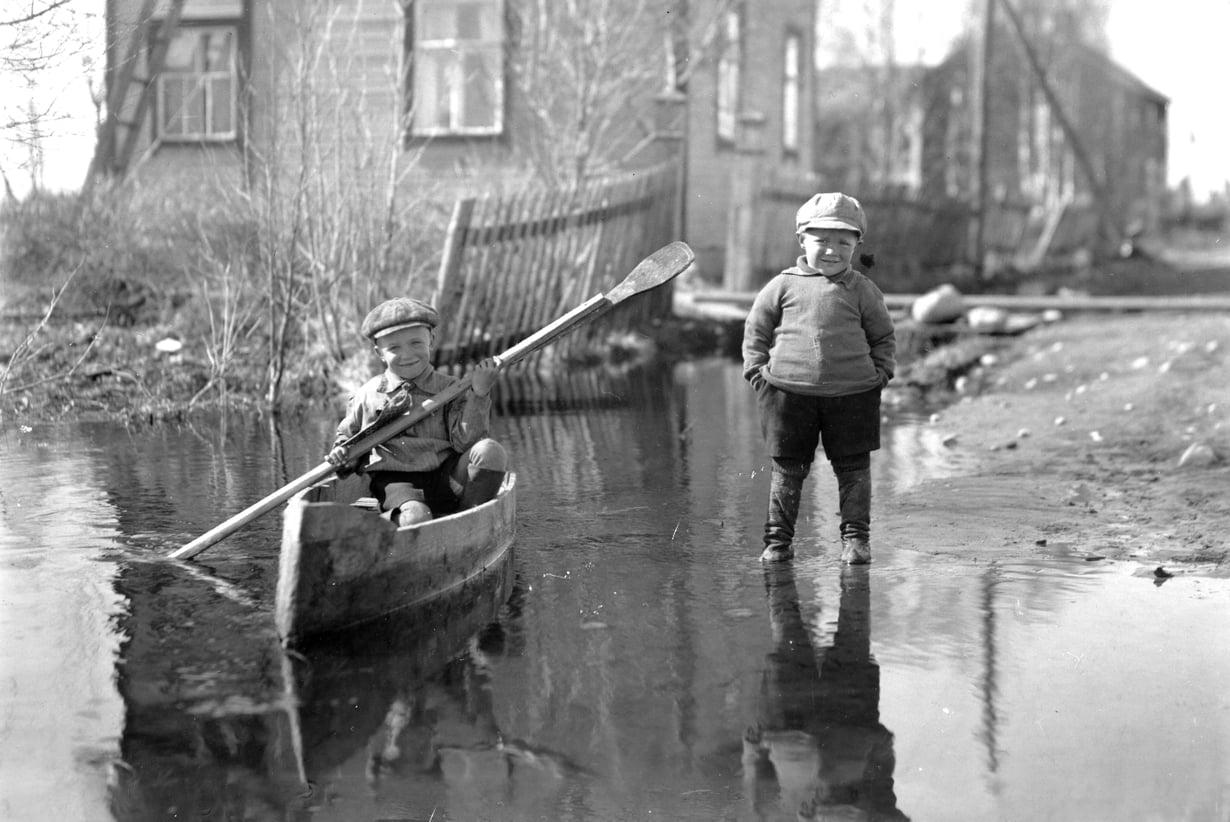 Pentin ja Arvon kotitiellä oli keväisin niin märkää, että kanootillakin pääsi vesille. Kuva on 1930-luvun puolivälistä.