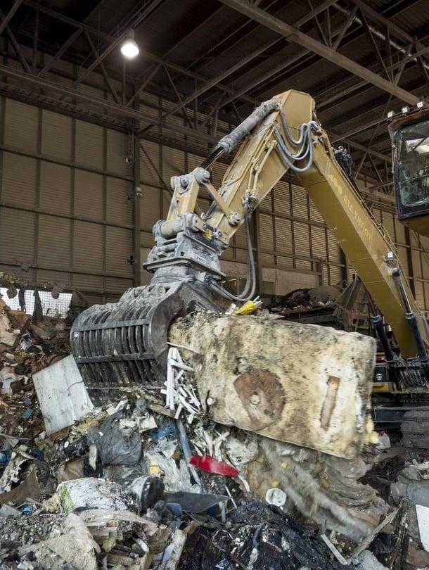 Yhtä aikaa raadollista ja dynaamista. Lajittelulaitoksen koura antaa kyytiä kymmenen kunnan jätteille.