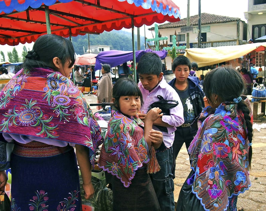 Paikalliset tekevät päivittäiset ostoksensa markkinoilla San Juan Chamulassa.