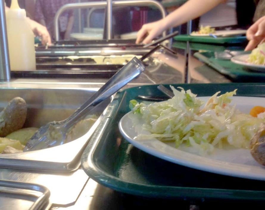Kouluateriaan kuuluu lämmin ruoka, salaatti, juoma ja voileipä. Joskus on myös jälkiruokaa.