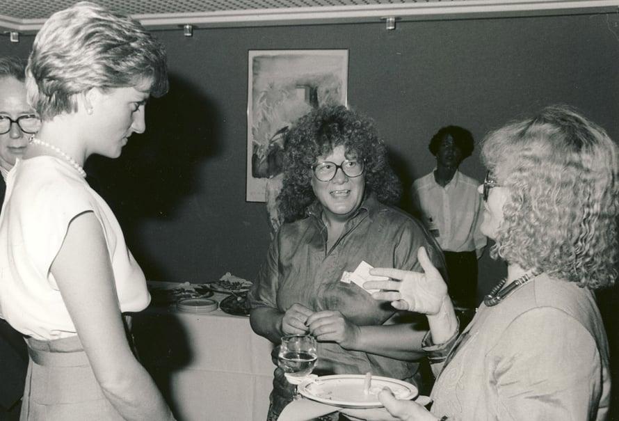 Raili Ojala-Signell tapasi prinsessa Dianan vuonna 1990, kun hän tulkkasi tämän ja Kuurojen liiton toiminnanjohtajan Liisa Kauppisen keskustelua.