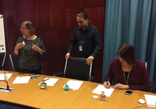 Tuoksuttelemassa toimittaja Pia Hyvönen, graafikko Petri Rotsten ja toimituspäällikkö Elina Salo.