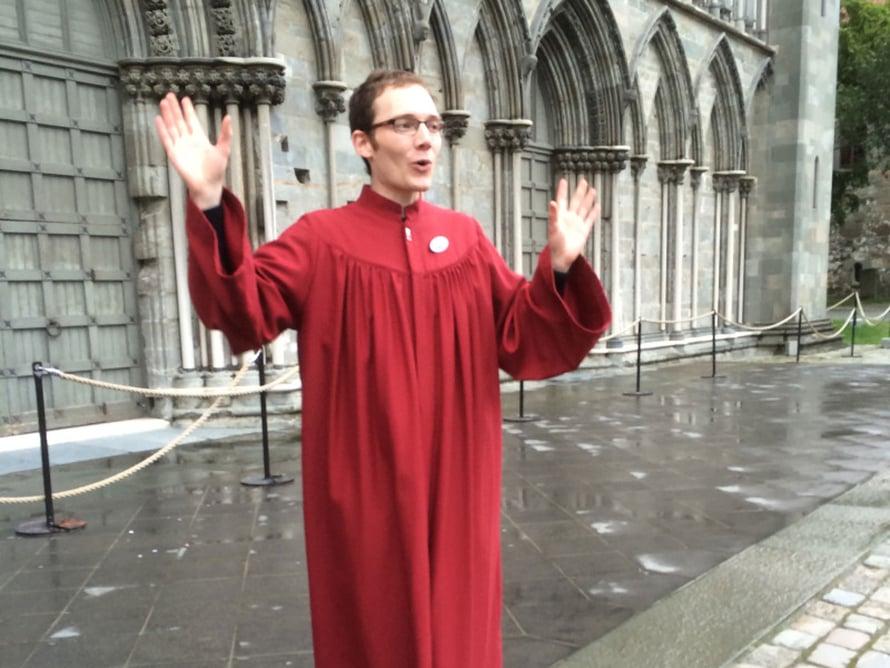 Nidarosin katedraalin oppaalla oli tunnelmaan sopiva työasu.