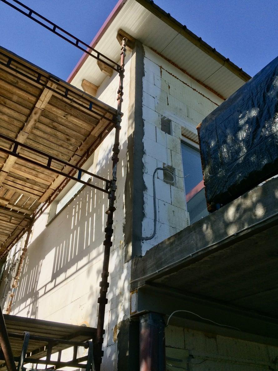 Ennen suuria seinäpintoja rapataan kulmalistojen avulla kaikki kulmat.