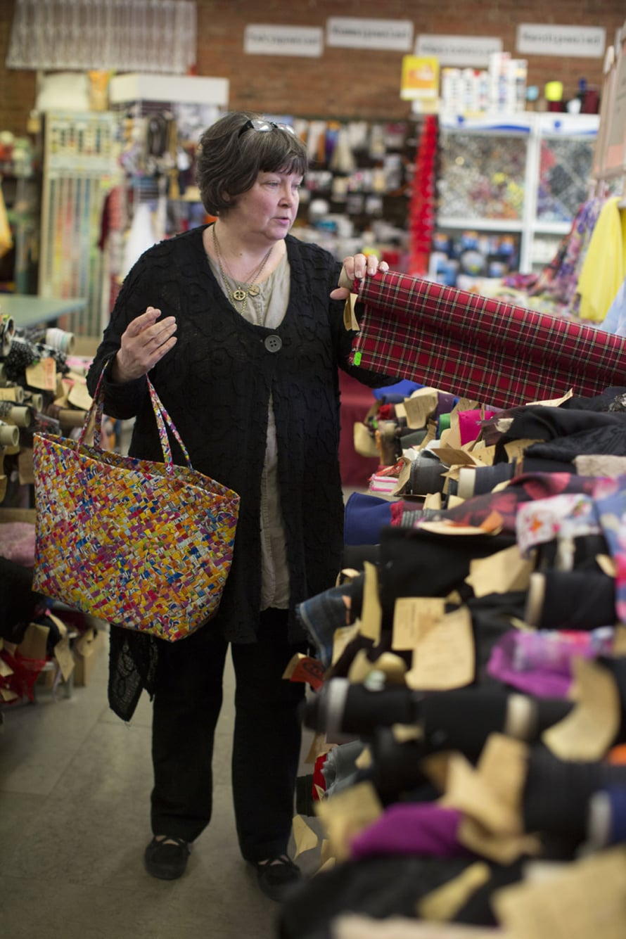 Kangad ja nööp -liikkeestä Eija ostaa usein pellavaa.