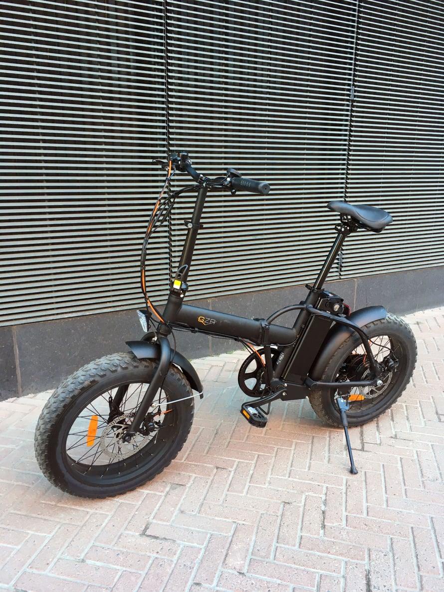 Pyörän akku on istuimen takana ja se on helppo irrottaa latausta varten.
