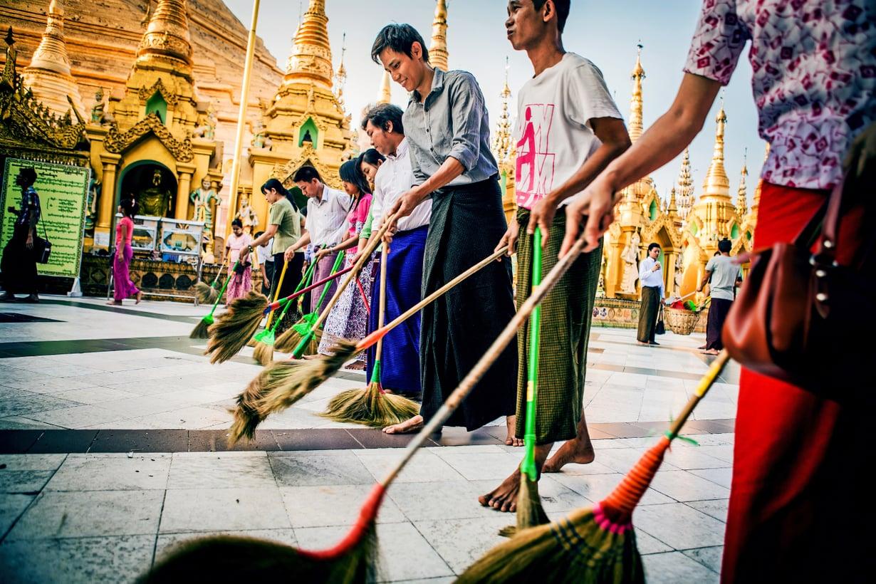 Kullalla ja jalokivillä silattu 2500-vuotias Shwedagon on maan tärkein uskonnollinen rakennus. Hilpeä  lakaisupartio kerää meriittiä seuraavaan elämään.