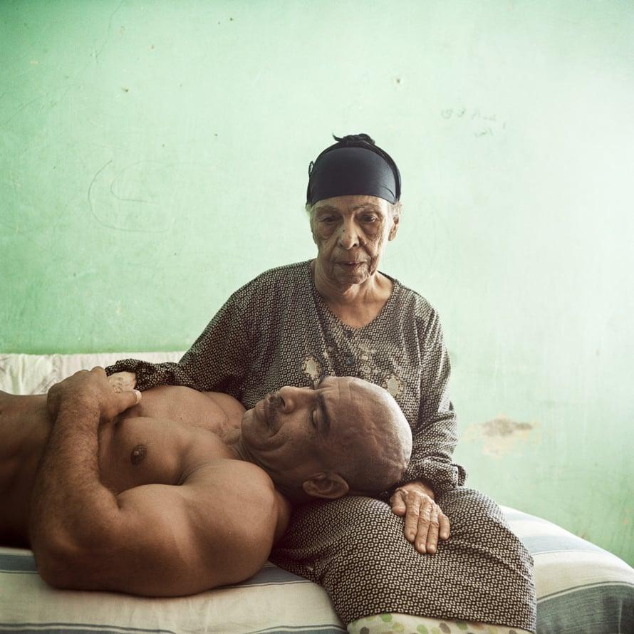 Denis Dailleux, Ranska, Agence Vu. Egyptiläinen kehonrakentaja Aid lepää äitinsä sylissä.